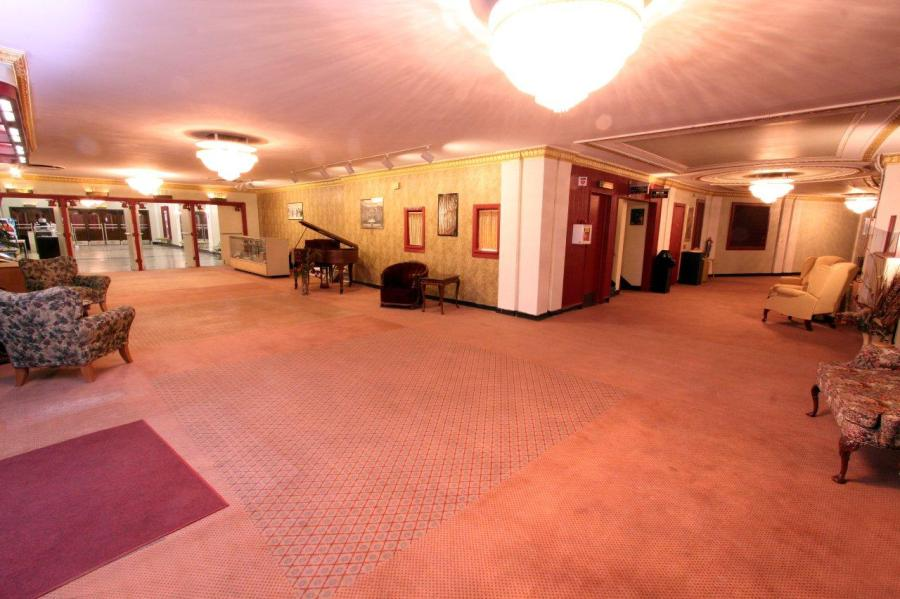 The lobby of the Senate Theater. (Image: dtos.org)