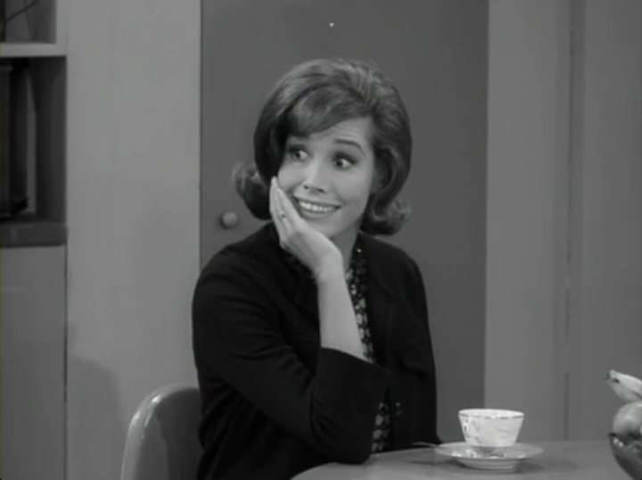 Laura fakes a smile or ten as she avoids telling Rob the truth. (Screen capture by Lindsey for TMP)