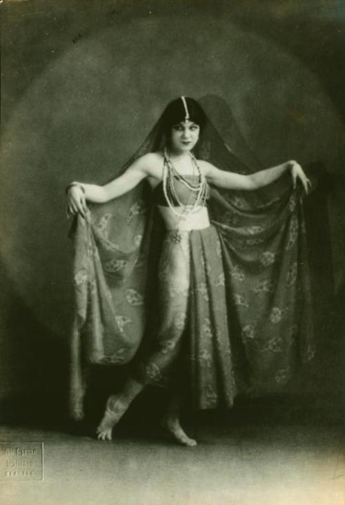 Lillian in 1921 (Image via Hold This Photo)