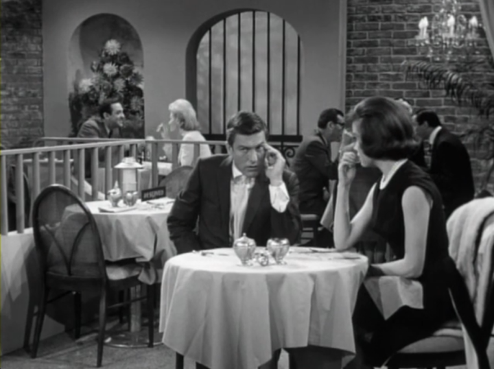 Rob & Laura try to be stealthy when Jerry and his date are seated behind them. (Screen capture by Lindsey for TMP)