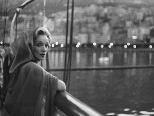 Marlene Dietrich: actress and star-reader! (Image via Futuro pasado)